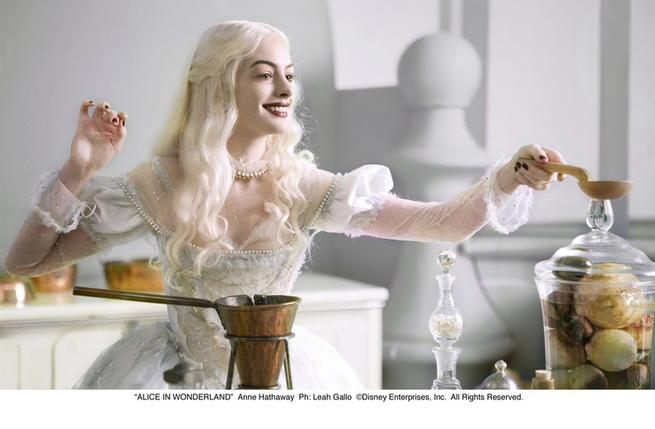 Alenka v říši divů, Anne Hathaway