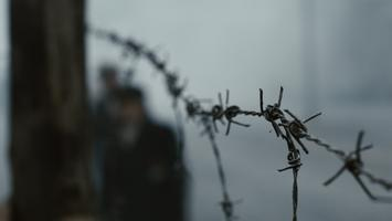 barbed wire nackt