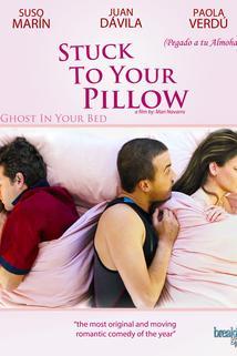 Pegado a tu almohada