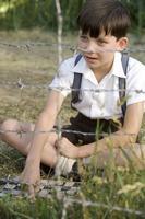 Chlapec v pruhovaném pyžamu