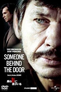 Někdo je za dveřmi  - Quelqu'un derrière la porte