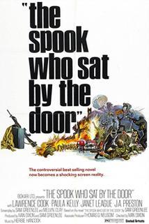 Černý strašák u dveří
